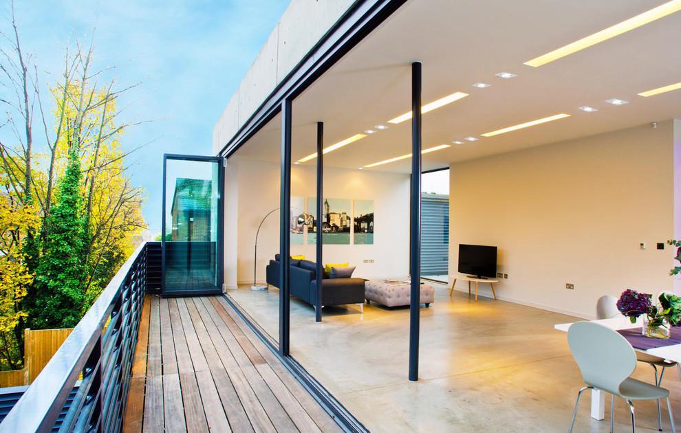 Plancher en bois de balcon ouvert
