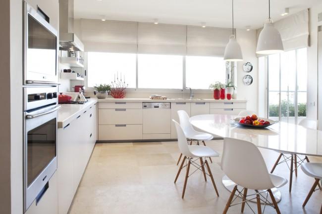 Si vous possédez une pièce suffisamment grande, vous pouvez combiner les zones de travail et de salle à manger de la cuisine en plaçant un groupe de salle à manger au centre.