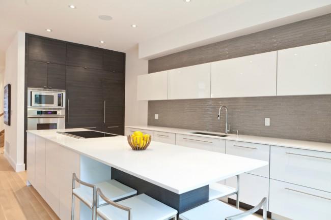 Les surfaces scintillantes sont une caractéristique du style Art Nouveau à l'intérieur de la cuisine, des polymères réfléchissant la lumière, des façades laquées ou pelliculées sont nécessaires pour créer un espace volumineux