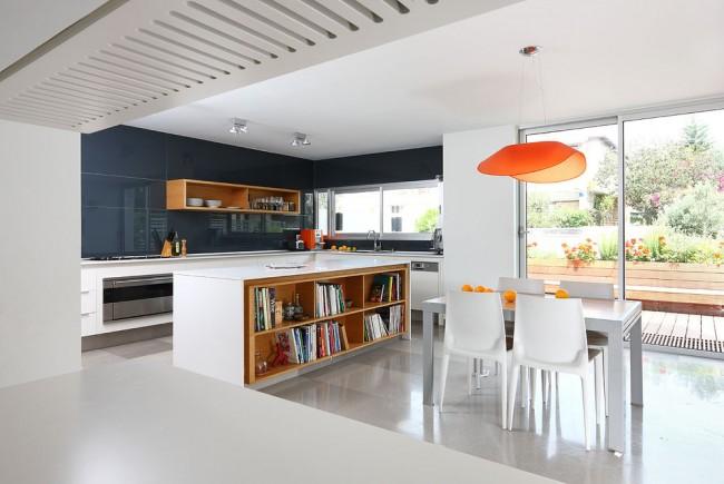 Pour que l'intérieur ne semble pas terne et discret, vous pouvez ajouter plusieurs accents lumineux à l'intérieur, qu'il s'agisse de chaises, d'un plateau de table ou d'objets de décoration.