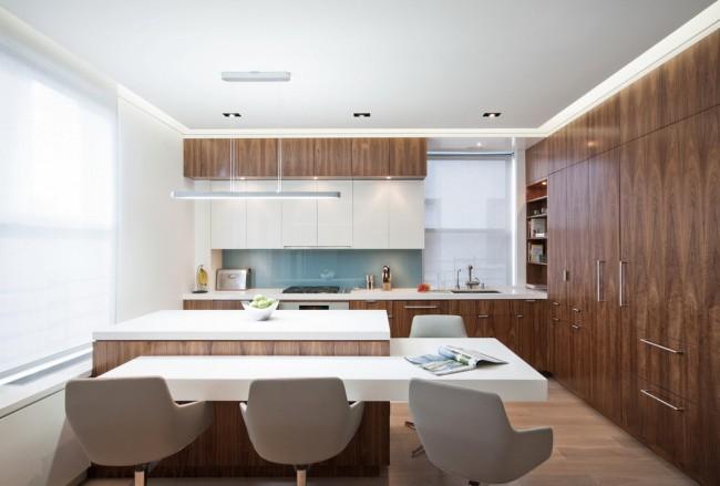 Un design avec la participation de plastique coloré, de pierre, de bois peut s'avérer vraiment luxueux