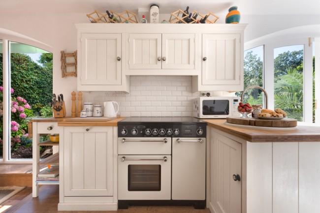 Un ensemble d'angle pour une petite cuisine doit être sélectionné pour qu'il s'intègre harmonieusement dans l'espace et devienne une solution de design gagnante