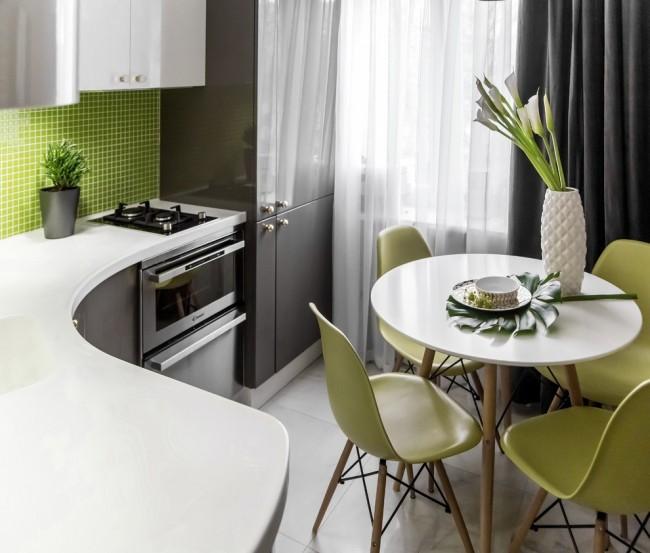 Votre cuisine peut être élégante, confortable et tout peut être organisé de manière pratique, quelle que soit la taille de la pièce.  Les comptoirs arrondis aident souvent ici.