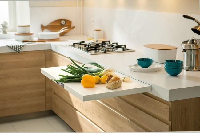 Tiroirs avec ferrures peu encombrantes, surfaces de coupe intégrées - idéal pour les petites cuisines