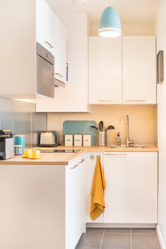 Pour remplir utilement les coins difficiles d'accès, l'élément de cuisine peut être placé à la fois linéairement et en forme de L.  Il existe de nombreux éléments coulissants pour armoires d'angle