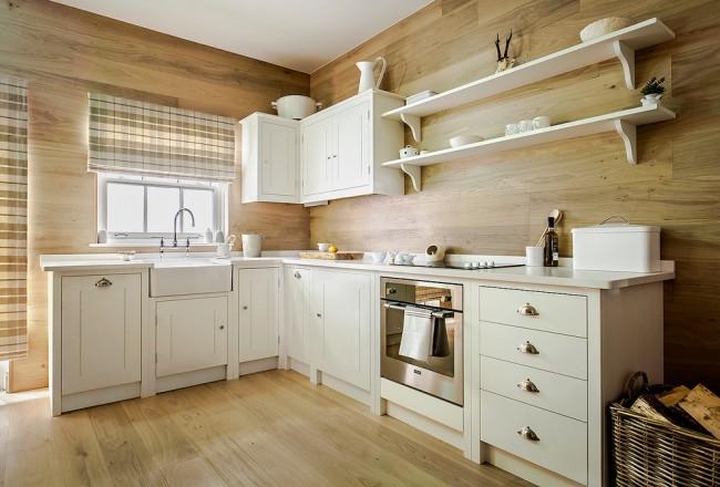 Une technique bien connue : pour agrandir visuellement l'espace d'une petite cuisine, il vaut mieux utiliser des couleurs claires : beige, lait ou gris clair