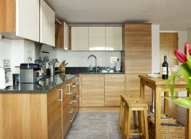 Les armoires murales seront toujours une excellente option pour une cuisine avec une petite surface.
