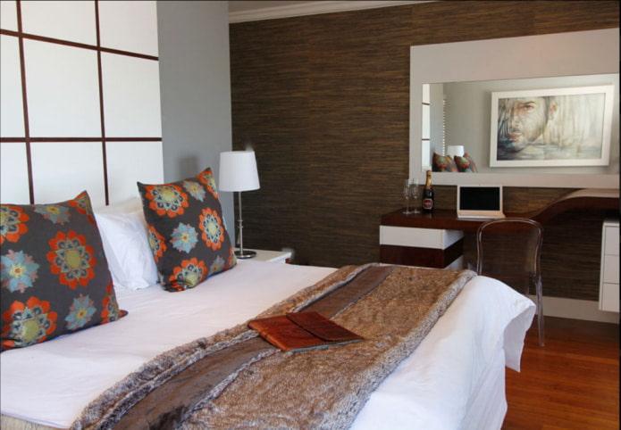 conception de chambre avec papier peint marron