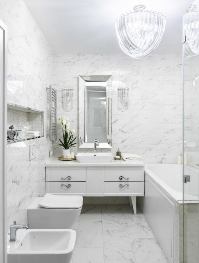 salle de bain blanche dans un style classique