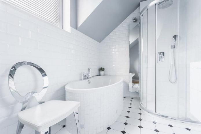 design d'intérieur de salle de bain en couleurs blanches