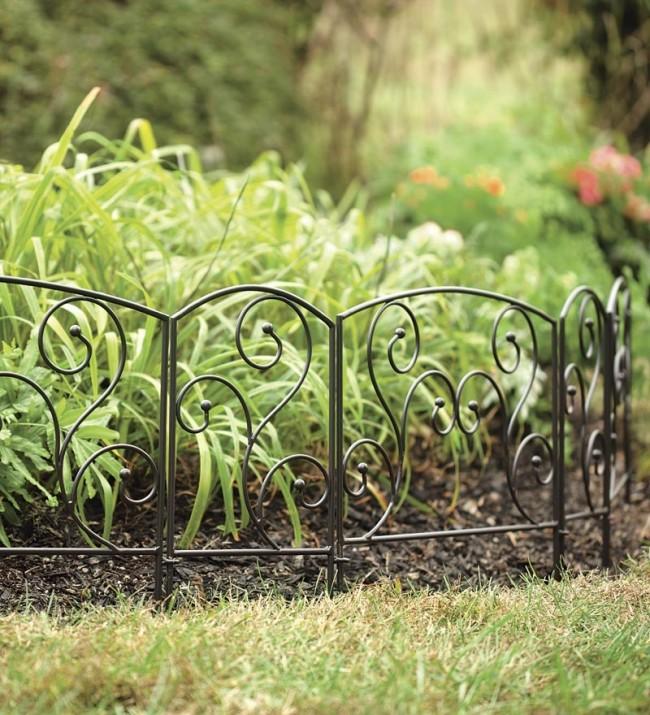 Clôture pour les parterres de fleurs de vos propres mains.  Soigneusement clôturé avec une clôture décorative en métal composée de sections de composition du parterre de fleurs