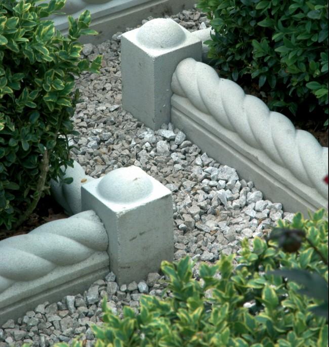 Clôture pour les parterres de fleurs de vos propres mains.  Les blocs monolithiques décoratifs pour les trottoirs et les clôtures en pierre sont bien adaptés pour séparer les parterres de fleurs bas et les allées de jardin