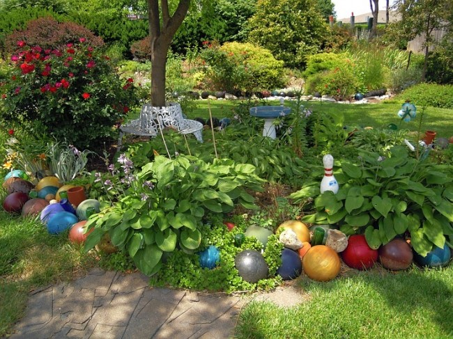 Clôture pour les parterres de fleurs de vos propres mains.  Les boules de bowling colorées auront fière allure comme décoration de jardin.