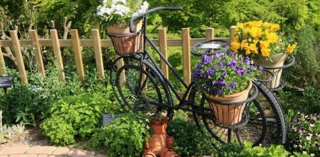 Clôture pour les parterres de fleurs de vos propres mains.  Une clôture non peinte de hauteur moyenne ira bien avec le décor du jardin semi-antique, elle peut à la fois clôturer les parterres de fleurs et diviser les sections de la pelouse