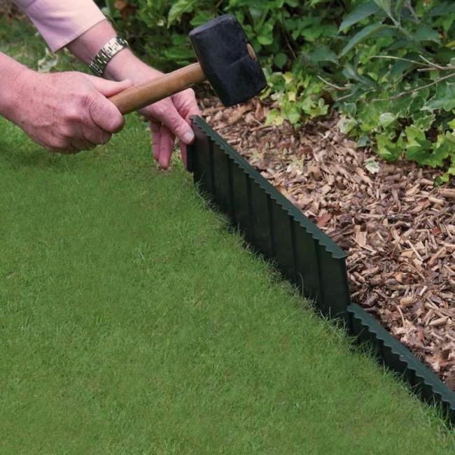 Clôture pour les parterres de fleurs de vos propres mains.  Une clôture métallique de jardin spéciale, qui empêche la croissance des racines des plantes, doit être enfoncée dans le sol à la profondeur indiquée dans les instructions, et vous obtiendrez des bordures parfaitement planes de la pelouse ou du parterre de fleurs