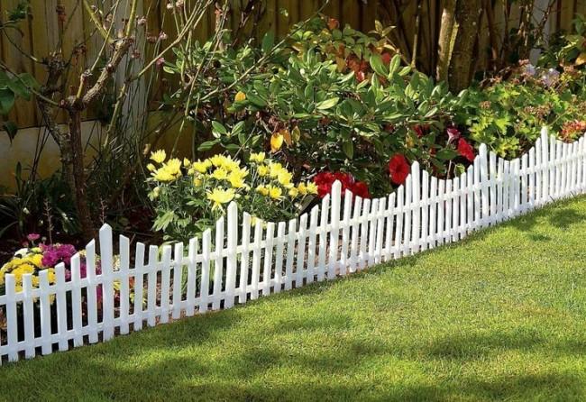 Clôture pour les parterres de fleurs de vos propres mains.  Le choix du type et de la hauteur de la clôture dépend du type de plante - elle doit offrir une visibilité suffisante aux fleurs décoratives et avoir une hauteur suffisante pour les protéger