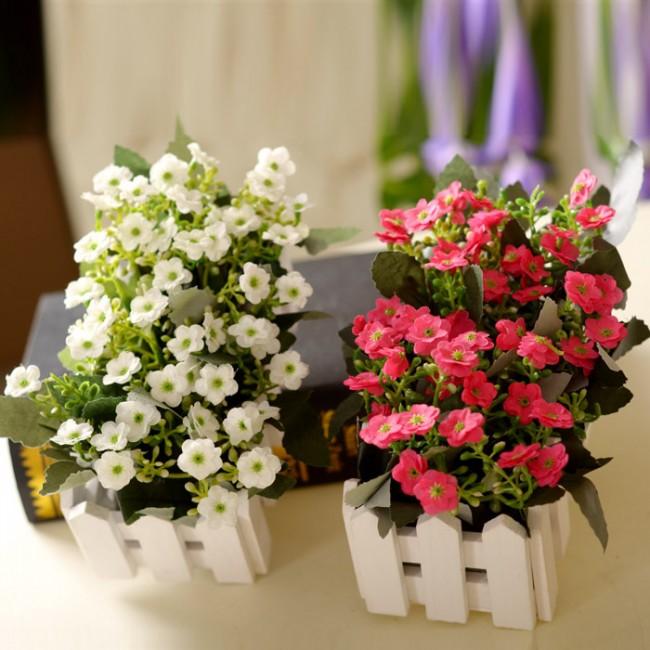 Clôture pour les parterres de fleurs de vos propres mains.  Si le but de l'installation de la clôture est uniquement décoratif et que vous devez diviser les sections du parterre de fleurs, une petite clôture décorative (5 à 7 cm de hauteur) est la mieux adaptée.
