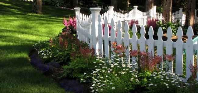 Clôture pour les parterres de fleurs de vos propres mains.  Pour clôturer le jardin de devant, la hauteur de la palissade est d'environ un demi-mètre.