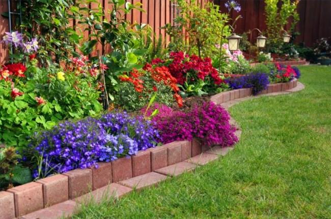 Clôture pour les parterres de fleurs de vos propres mains.  Les dalles de pavage peuvent être utilisées pour aménager une bordure de n'importe quelle configuration nécessaire au zonage de votre pelouse