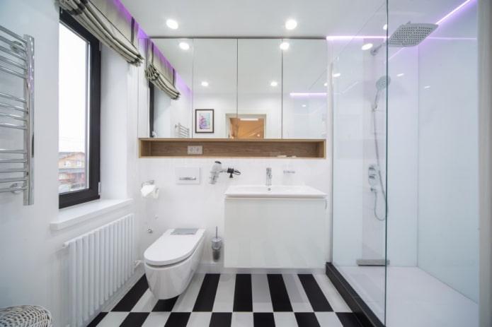 fenêtre étroite dans la salle de bain