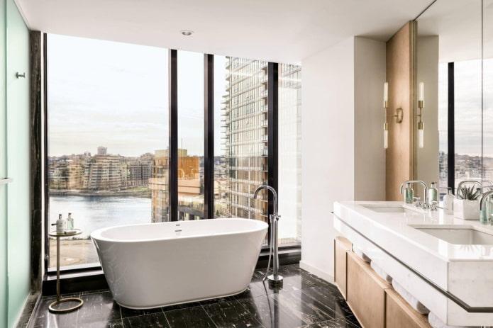 fenêtres au sol dans la salle de bain