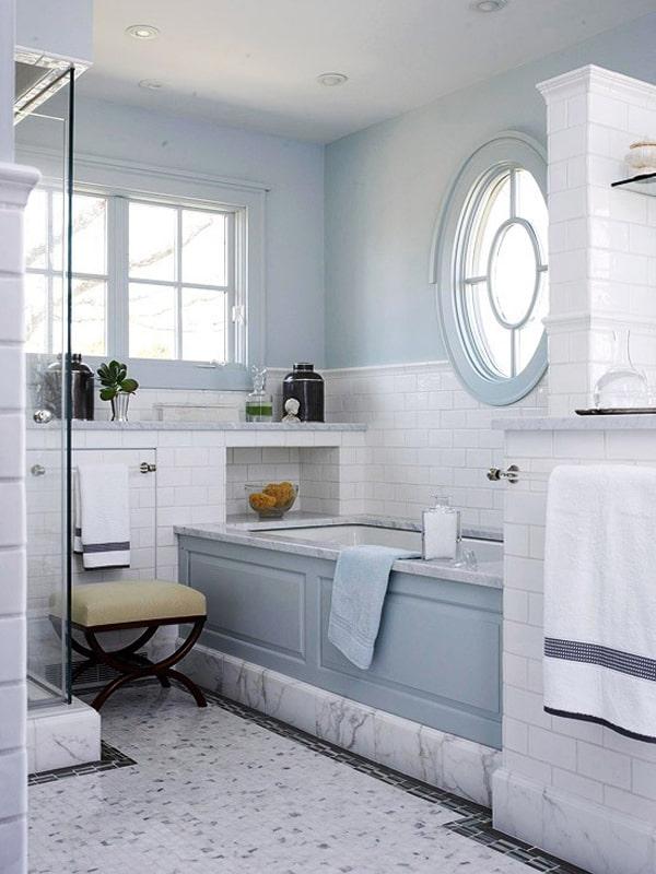 fenêtre ronde dans la salle de bain