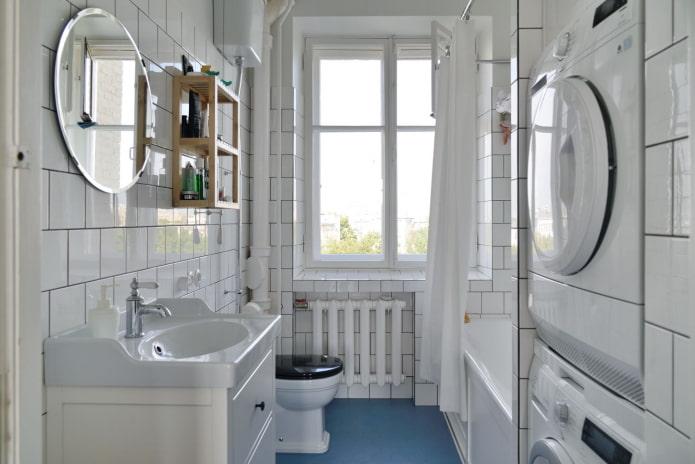 grande ouverture de fenêtre dans la salle de bain