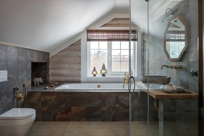 enrouler des rideaux dans la salle de bain