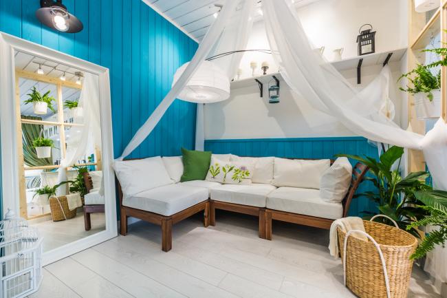 La doublure bleu vif convient à un intérieur marin dans une maison de campagne