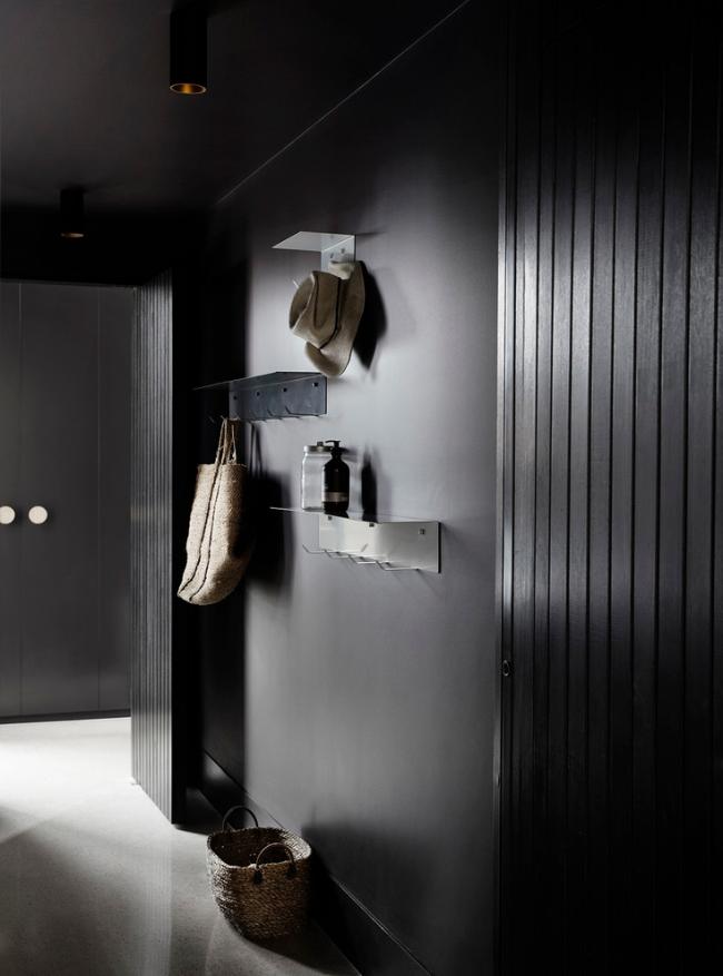 Intérieur Art Nouveau avec clin noir dans le couloir