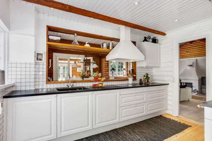 murs blancs d'une maison en rondins