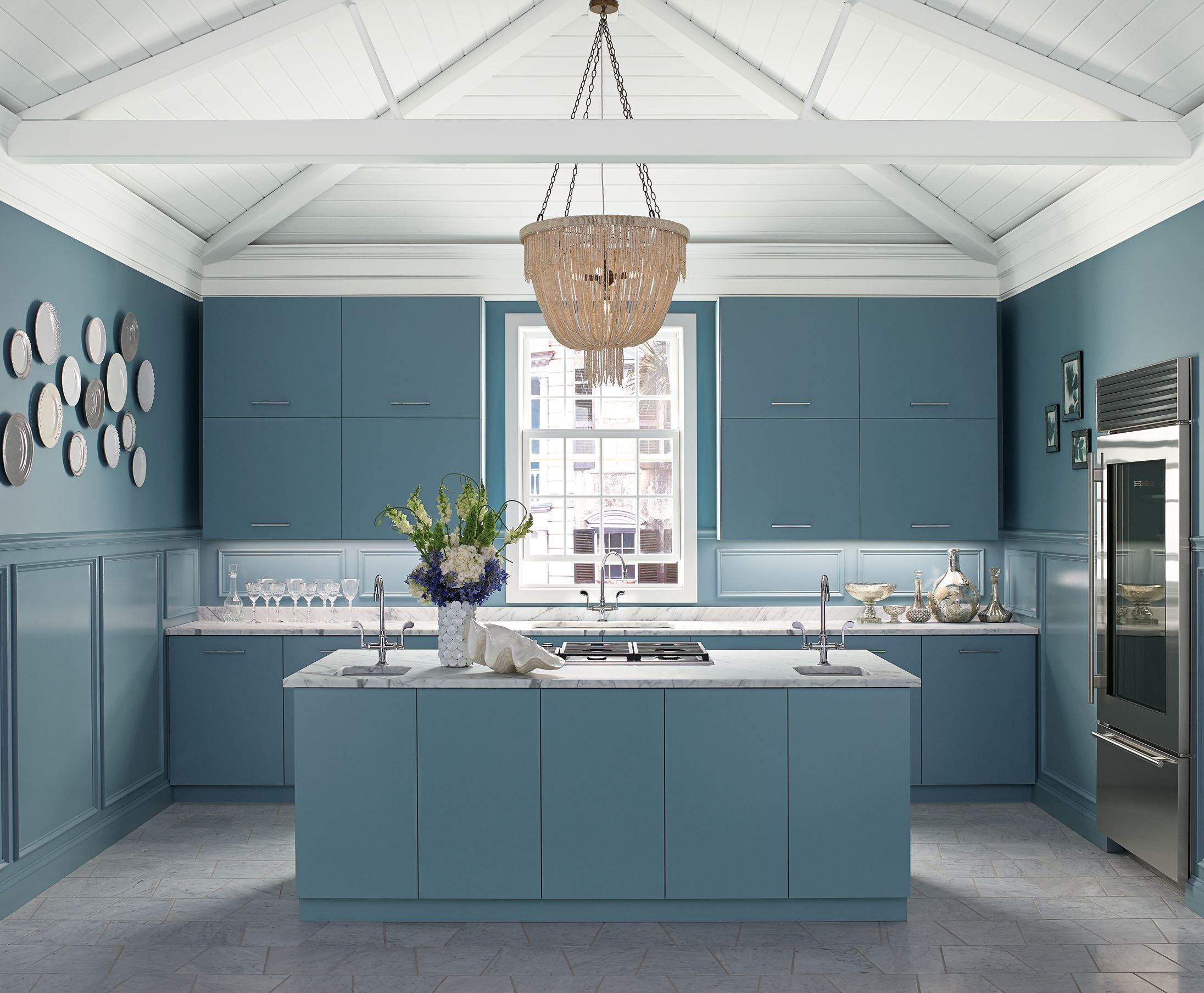 La cuisine bleue avec un lustre massif deviendra le principal