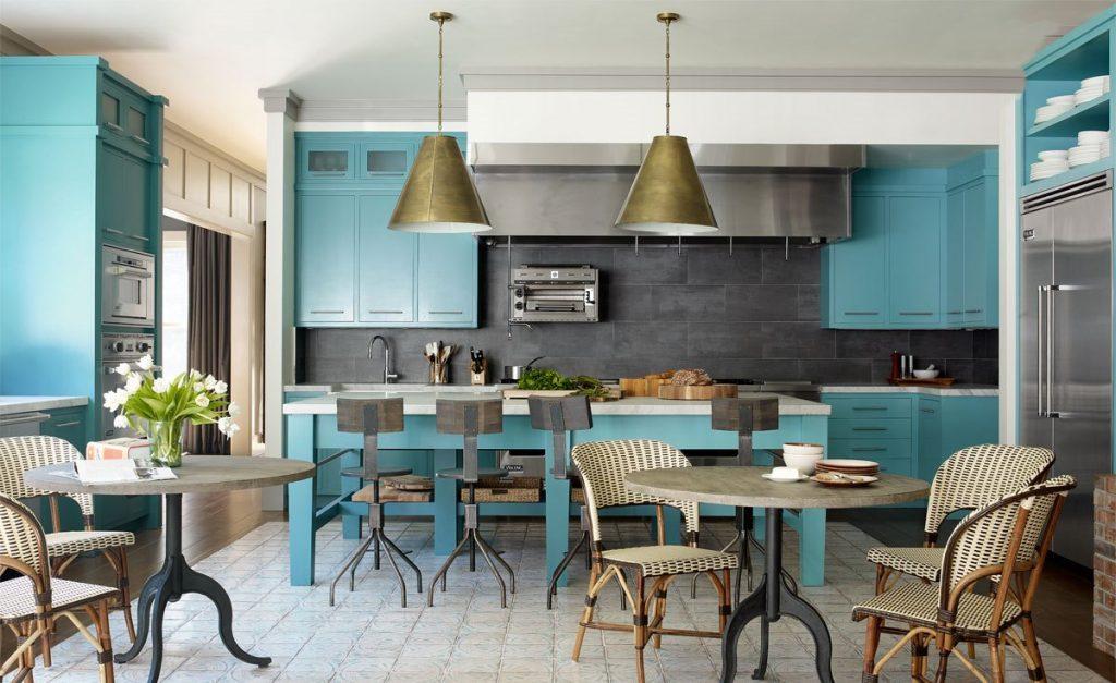 L'îlot de cuisine turquoise s'intègre parfaitement dans l'atmosphère générale
