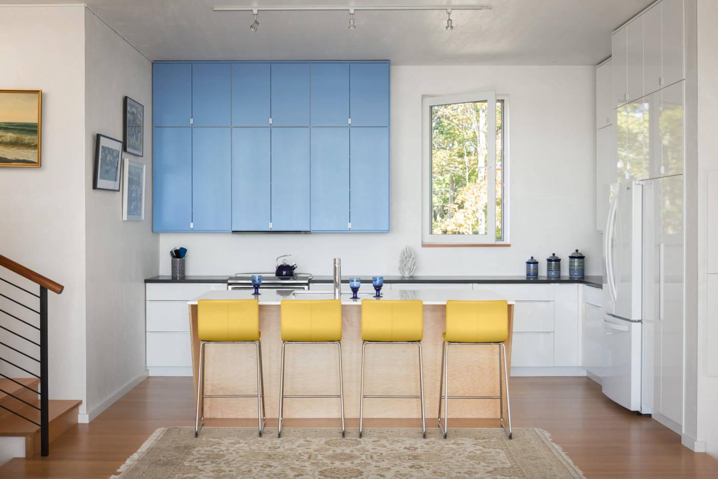 Les meubles jaunes apportent une variété de couleurs intéressante