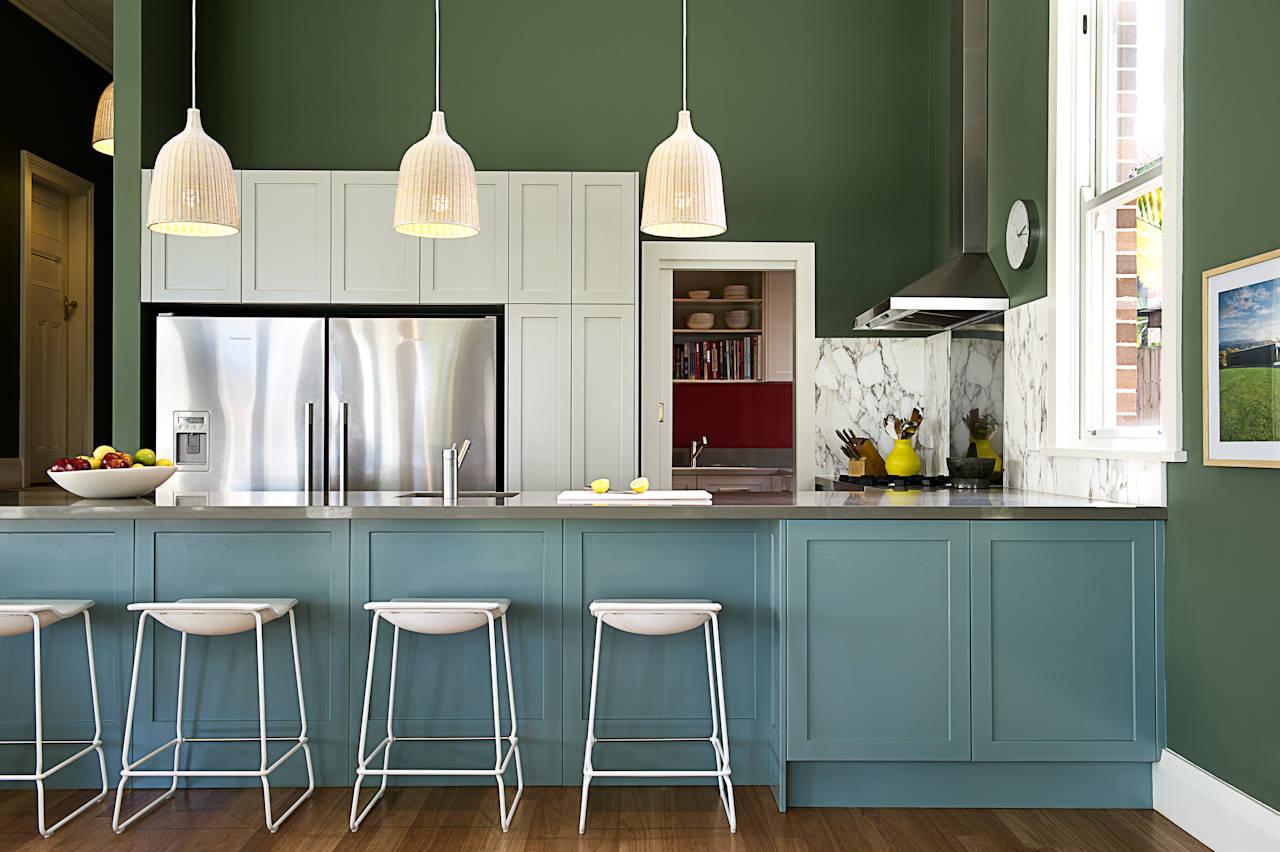La couleur verte ajoute une sophistication austère à l'intérieur