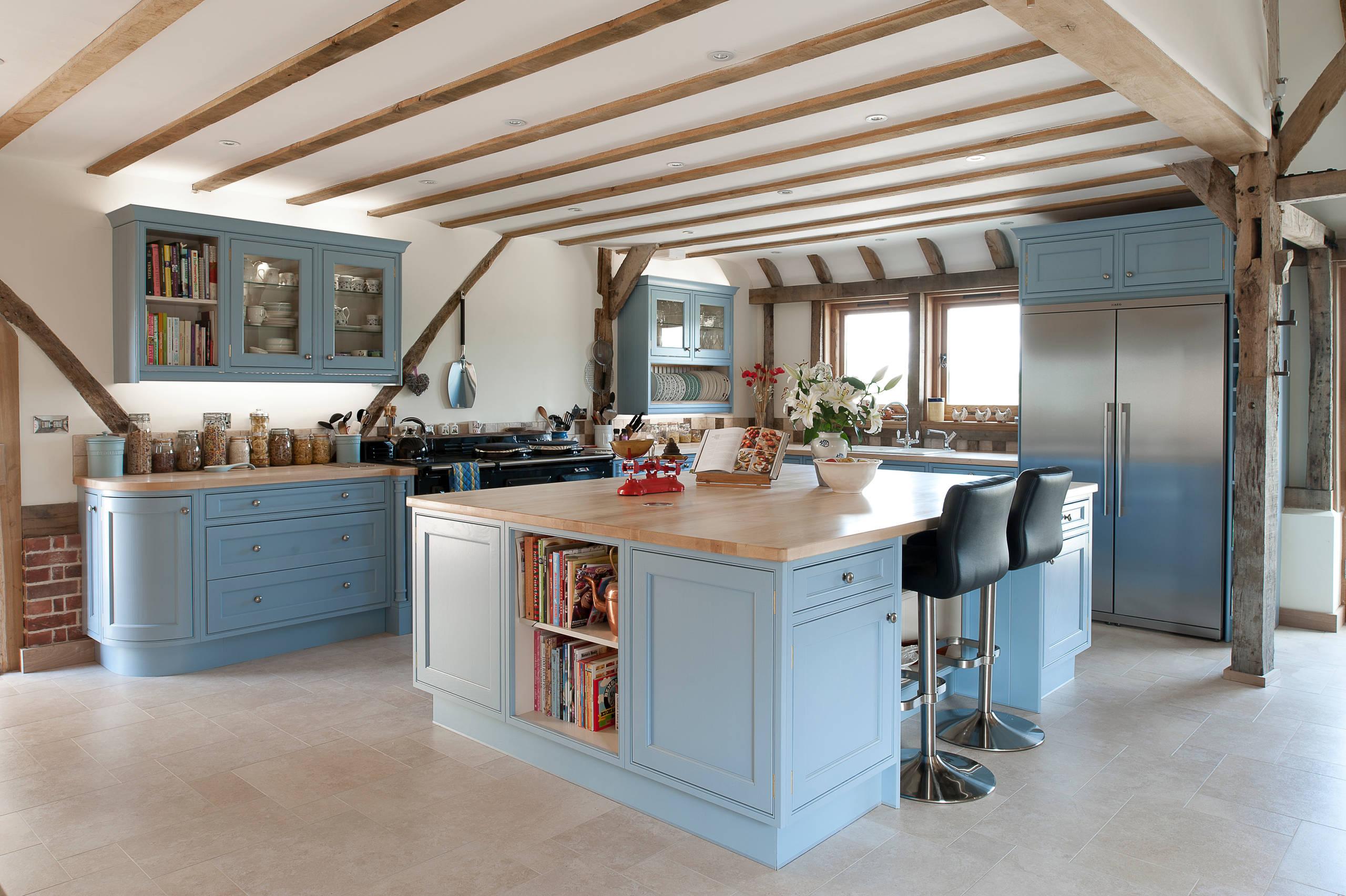 Les meubles bleus avec des comptoirs en bois semblent sophistiqués