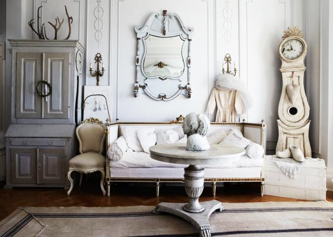 Éléments traditionnels de décoration et de mobilier dans le style d'un village français