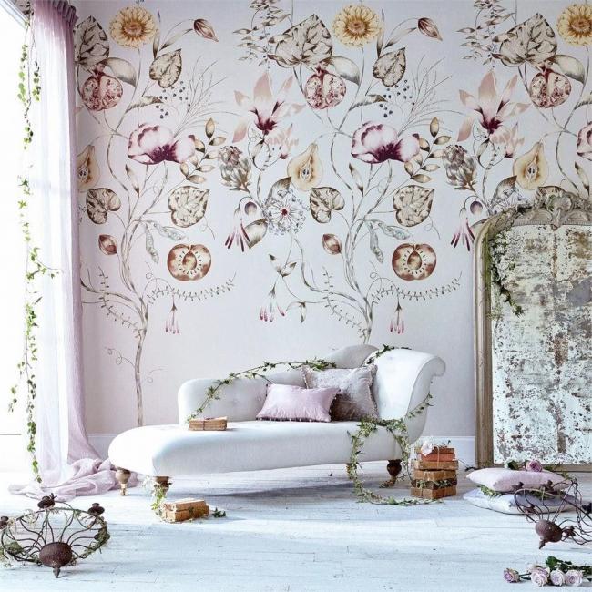 Le papier peint à fleurs transforme incroyablement le coin salon