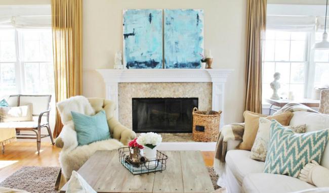 Des meubles disposés de manière chaotique caractérisent un style libre et léger.