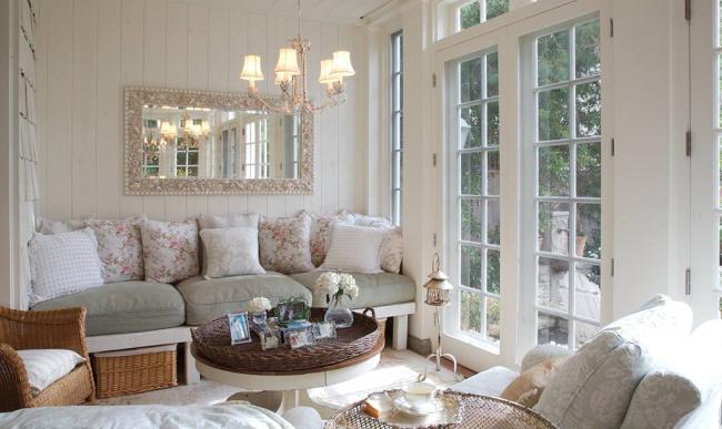 De nombreux coussins de canapé compléteront l'intérieur, créant confort et confort