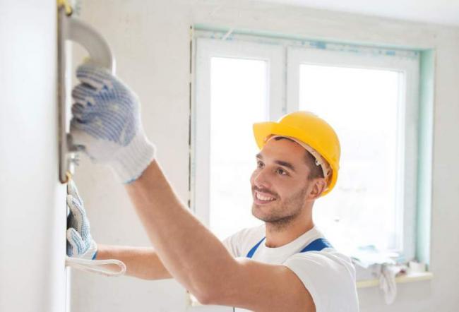 Après avoir supprimé toutes les erreurs de la surface des murs, vous pouvez facilement commencer le processus de pose de papier peint