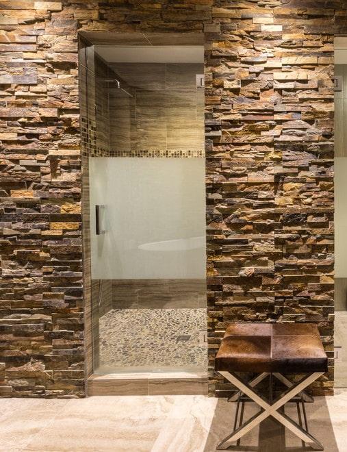 finition en pierre décorative de la porte à l'intérieur