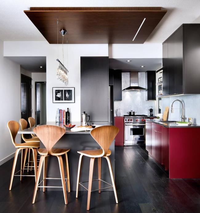 Le bois de couleur wengé a un motif clair naturel qui complète magnifiquement l'intérieur de la cuisine