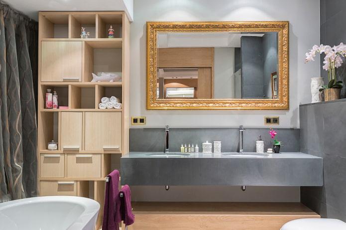 miroir dans le cadre à l'intérieur de la salle de bain