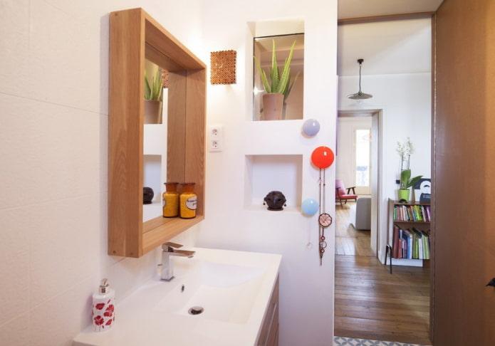 miroir avec étagère à l'intérieur de la salle de bain