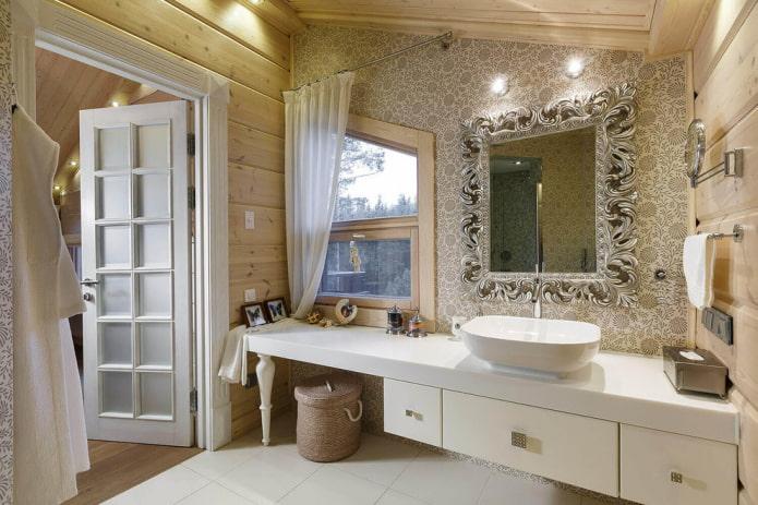 miroir forgé à l'intérieur de la salle de bain
