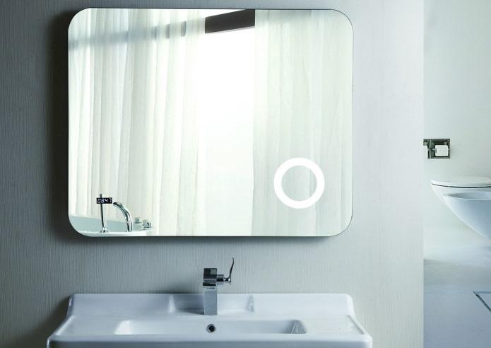 miroir avec une horloge à l'intérieur de la salle de bain