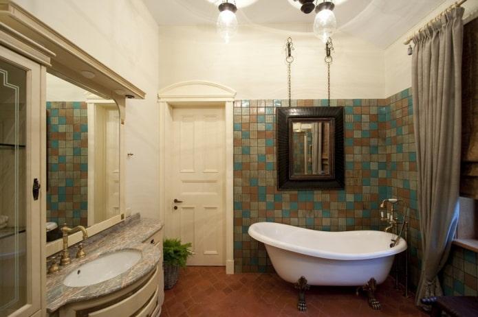 miroir suspendu à l'intérieur de la salle de bain
