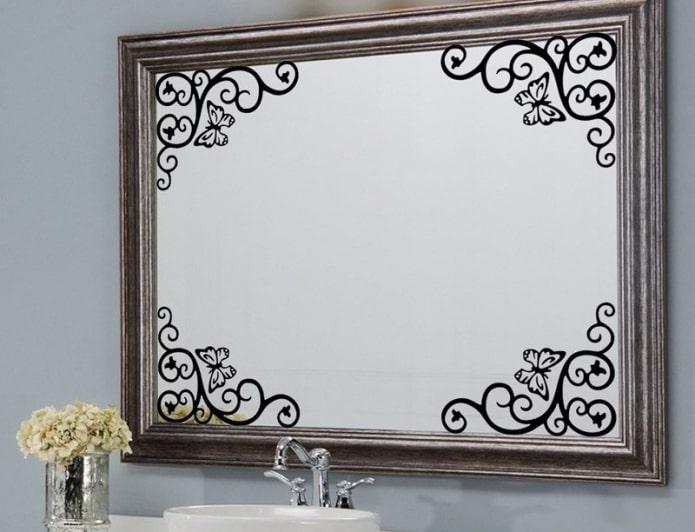 miroir avec autocollants à l'intérieur de la salle de bain