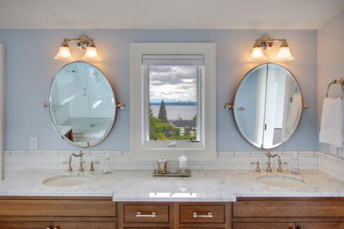 lampes au-dessus des miroirs à l'intérieur de la salle de bain